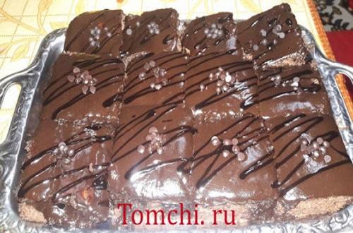 Shokoladli glazur bilan namlangan pirog